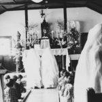 聖堂で祈る子どもたち
