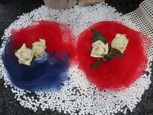 韓国と日本の国旗をイメージした祭壇用の装飾(部分)